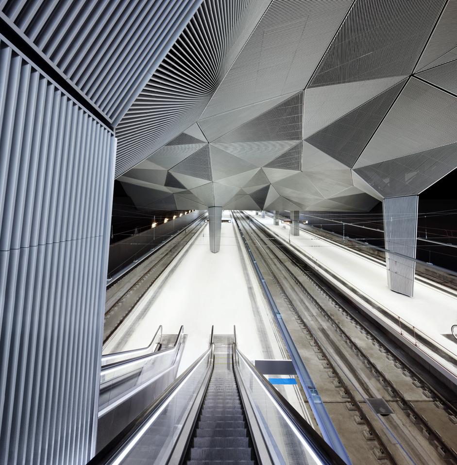 Imagen del interior de la Estación de Tren, acceso a andenes. José Hevia, 2011