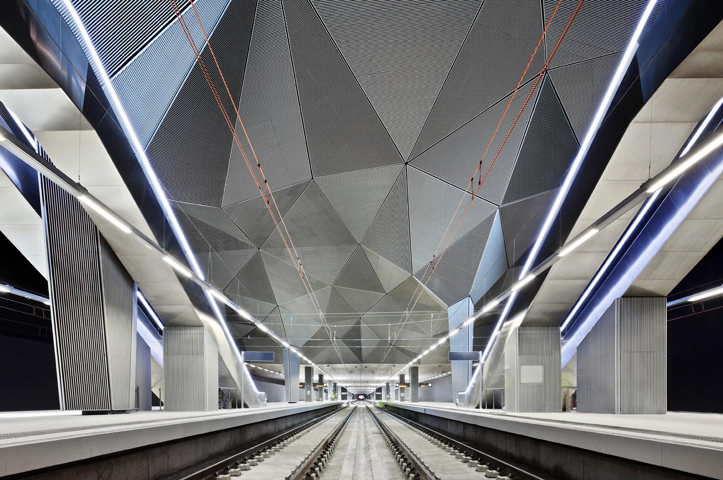 Imagen del interior de la Estación de Tren, andenes. José Hevia, 2011