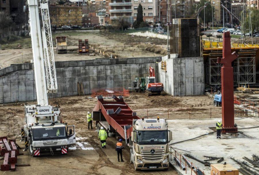 Llegada de la primera viga a la obra de la estación de autobuses, Justo Rodríguez