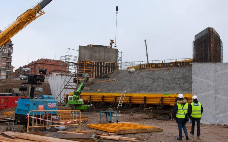 Una de las piezas del techo de la nueva estación colocada ya sobre sus soportes, después de un meticuloso proceso de izado.