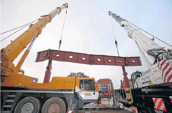 Dos grúas elevan la pieza de estructura de 35 toneladas hasta situarla sobre los pilares. Juan Marín