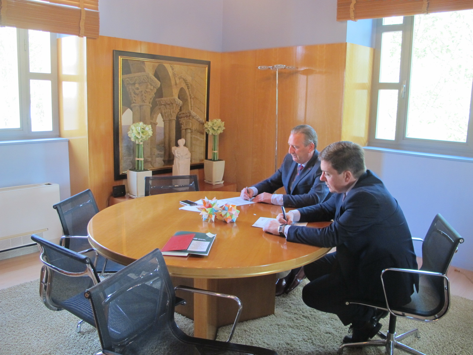 El Consejero de Educación, Formación y Empleo, Alberto Galiana, y el Director General de Logroño Integración del Ferrocarril 2002, Santiago Miyares, firman el convenio de colaboración, 25 de abril de 2018