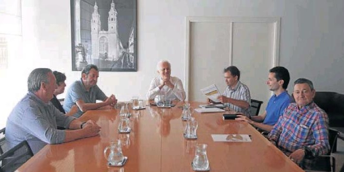 El redactor del proyecto del soterramiento, Iñaki Ábalos, con el Alcalde y miembros de Lif2002. D.Uriel