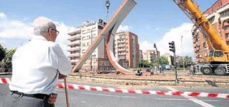 Distintos momentos del desmontaje durante la mañana de ayer del conjunto escultórico obra de José María Sánchez Cuesta. Juan Marín