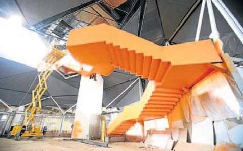 Montaje de la gran escalera en el interior de la estación