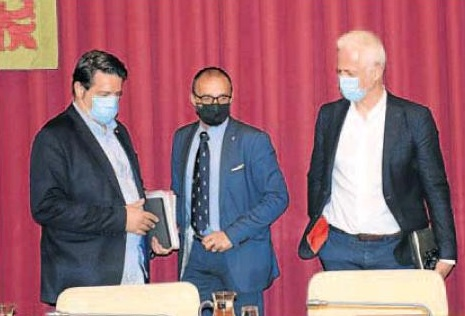 El alcalde y los concejales, con mascarillas, al comienzo