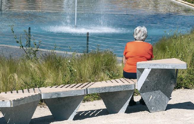 La ciudadanía comenzó de inmediato a disfruta del parque, que atrae a personas de  todas las edades, tanto en su parte baja como en la colina. El óculo de la cúpula es  un mirador desde arriba y lucernario desde abajo. / FOTOS DE ÓSCAR SOLORZANO E INGRID