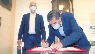 Pablo Hermoso de Mendoza y Carlos Sobrino, ayer durante la firma del Convenio en el salón de retratos del Ayuntamiento de Logroño
